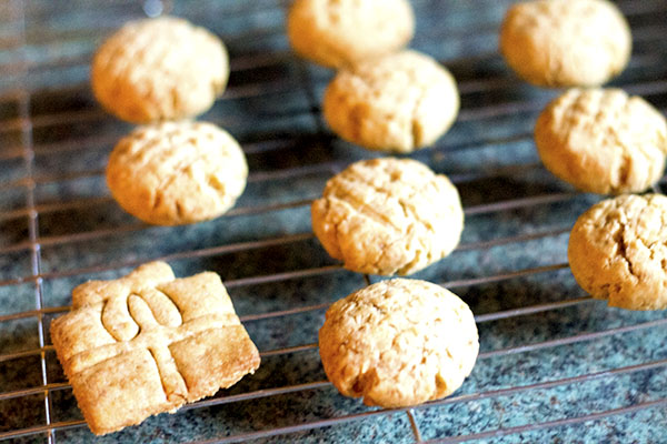 cooling-on-the-wire-rack-for-lemon-polenta-cookies-recipe